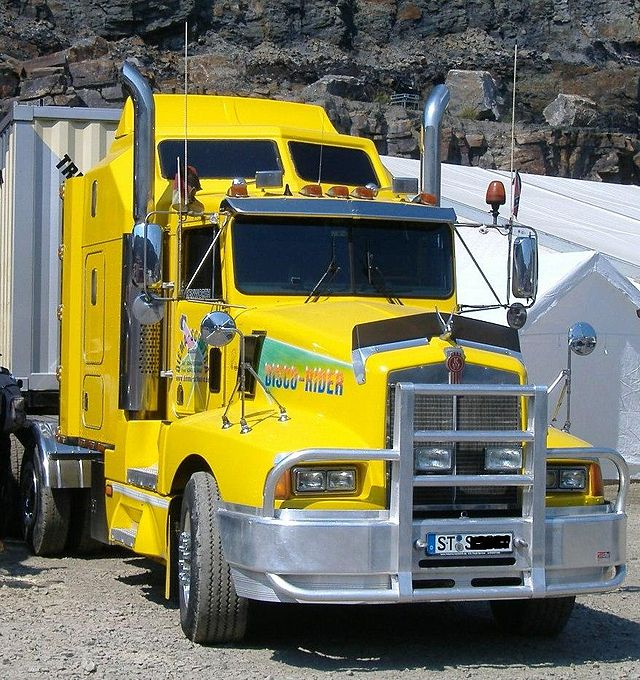 A yellow Kenworth T600 tractor truck